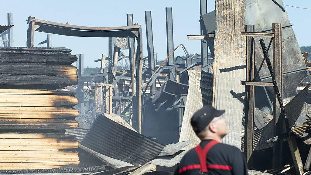 So sah es auf dem Sägereigelände am Tag nach dem Brand aus. (Archivbild)