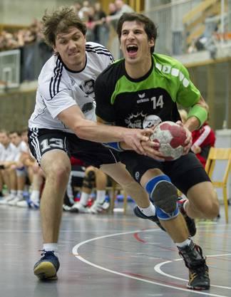 Buchsis Ivo Sonderegger (rechts) im Kampf um den Ball gegen Wahlens Beat Kohler.