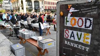"""Food Save Bankett in der Kirchgasse Olten mit Arno Sgier, Daniel Bitterli und Sascha Rickenbacher, musikalisch umrahmt vom verstärkten """"Duo vom Fluhebärg"""""""