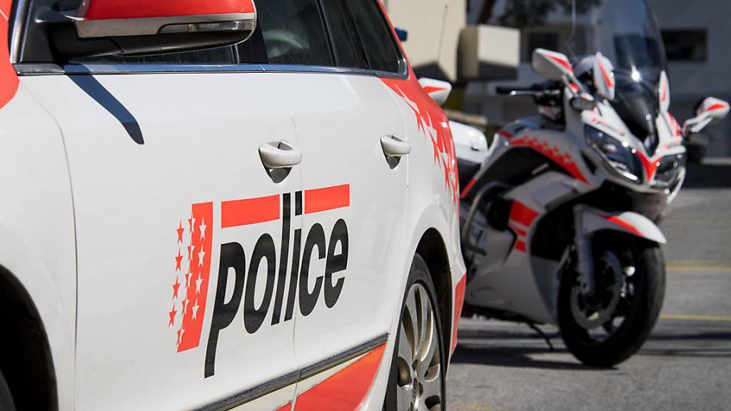 Im Unterwallis sind vier junge Männer in einem Auto verunfallt und verletzt worden. (Symbolbild)