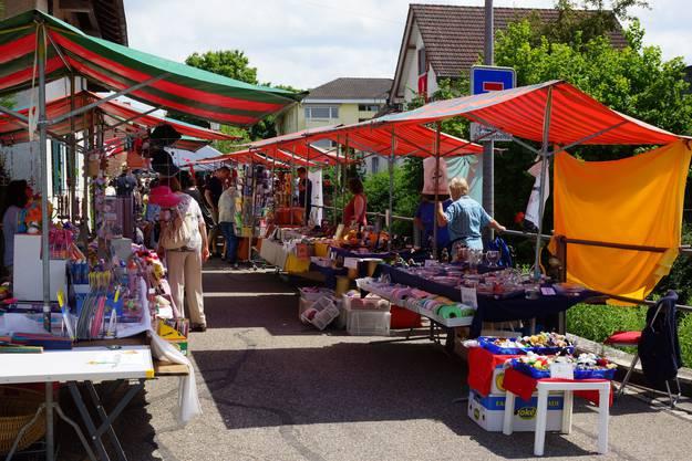 Gemütliches Flanieren entlang des kleinen Marktes