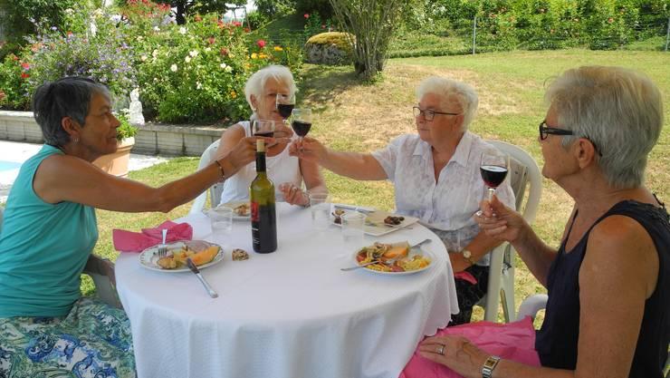 Hoch die Gläser! Die Helferinnen stossen auf einen erfolgreichen Anlass an.