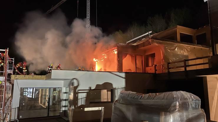 Die Feuerwehr rückte mit einem Grossaufgebot aus und löschte den Brand.