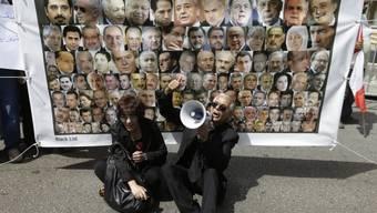 Libanesen protestieren in Beirut vor einem Parlamentarier-Plakat
