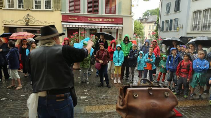 Trotz teilweisem Regen liessen sich die Zuschauer von den Gauklern in der Lenzburger Altstadt verzaubern.