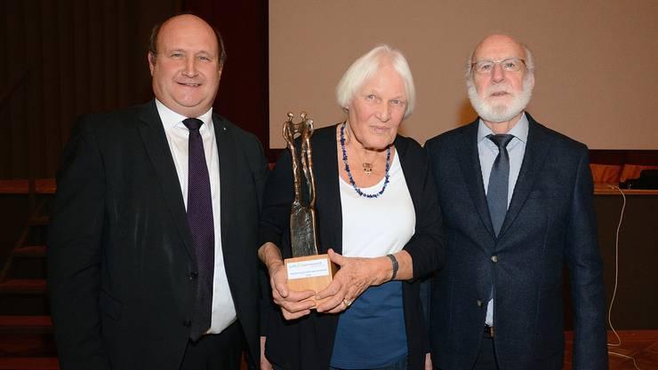 Engagement zu Gunsten Benachteiligter (von links): Gemeindepräsident Peter Hodel übergab Ehrenpreisträgerin Verena Widmer-Hersperger die Skulptur von Oliviero Gorza; Reinhard Mundwiler hielt die Laudatio.