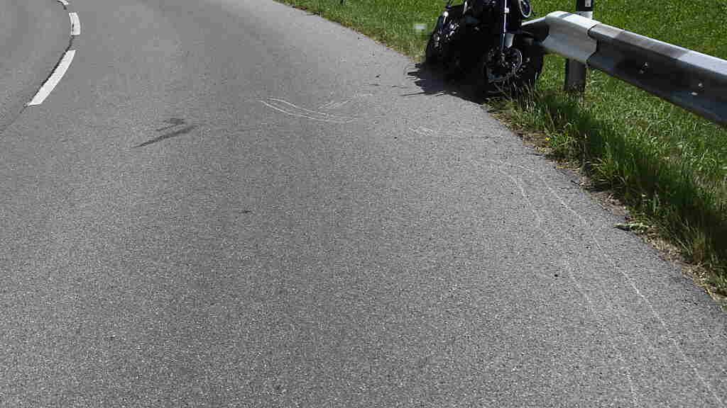Bei einem Selbstunfall in Nesslau SG hat sich ein Motorradfahrer unbestimmte Verletzungen zugezogen.