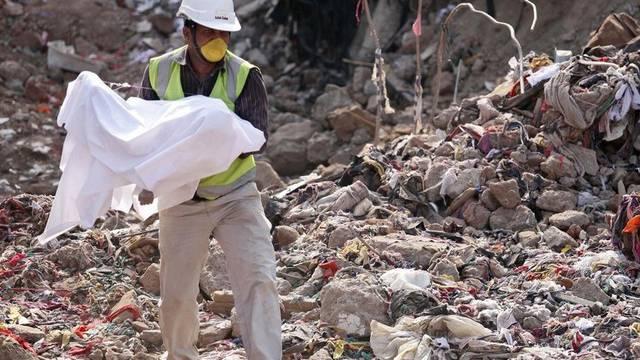 Ein Helfer trägt einen Toten aus den Trümmern