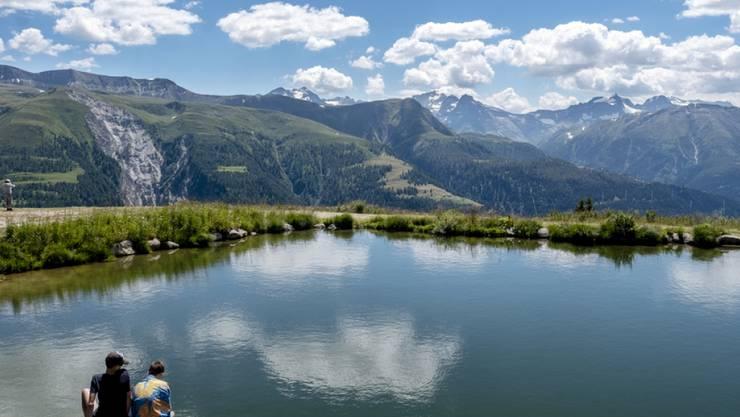Wer sich in der aktuellen Hitze abkühlen will, geht am besten in die Höhe und nimmt ein Bad in einem Alpsee.