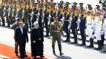 Der Iran schickt dem syrischen Staatspräsidenten Baschar al-Assad offenbar Elitekämpfer zu Hilfe. Hier der iranische Präsident Hassan Rouhani (Mitte) bei einem Empfang am Dienstag.