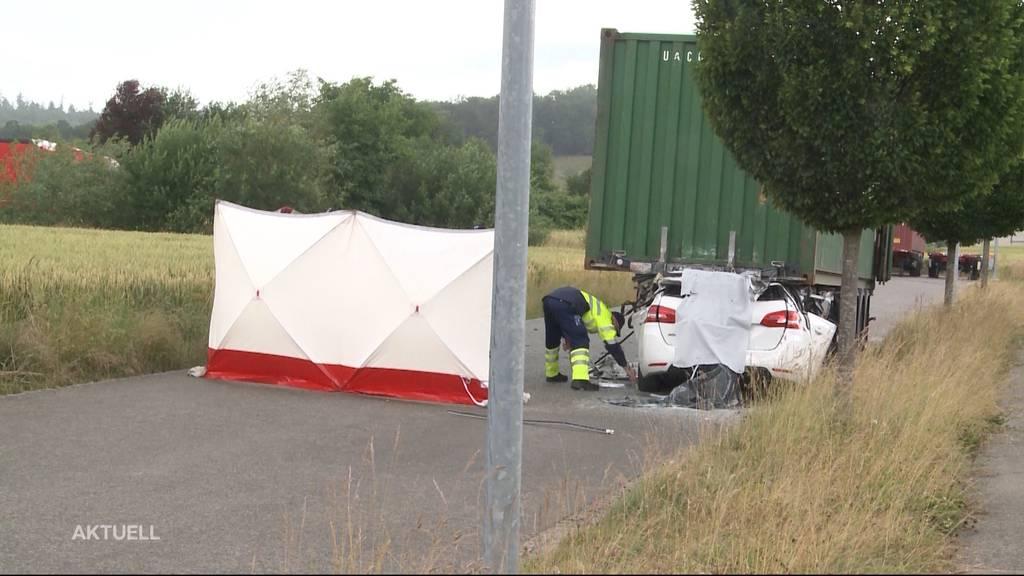 Tödlicher Unfall: In Lupfig fährt ein PW in einen stehenden Lastwagen