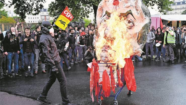 Ein Sündenbock auch er: Frankreichs Präsident Macron, von Demonstranten als Puppe verbrannt.