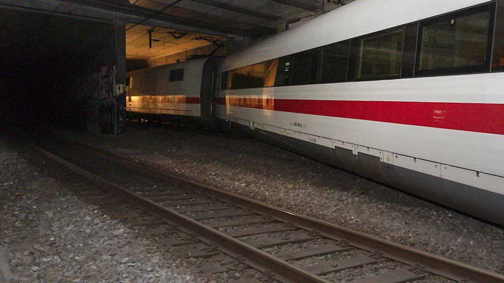 Buchstäblich in letzter Minute hielt der ICE-Zug an, bevor der entgleiste Wagen, der quer zwischen den Gleisen mitgeschleift wurde, in die Tunnel-Trennmauer krachte.