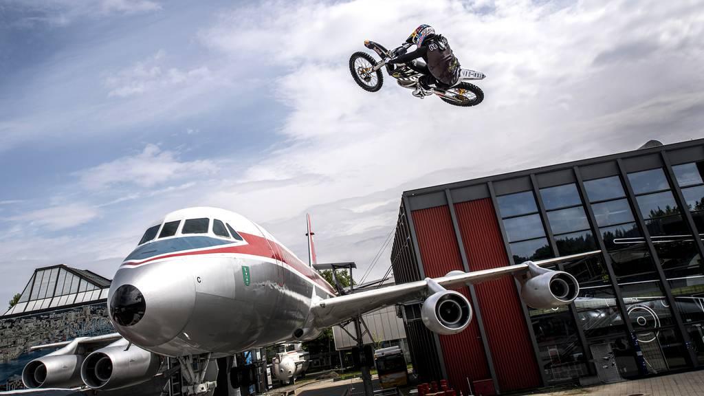 Motocross-Star vergnügt sich alleine im Verkehrshaus