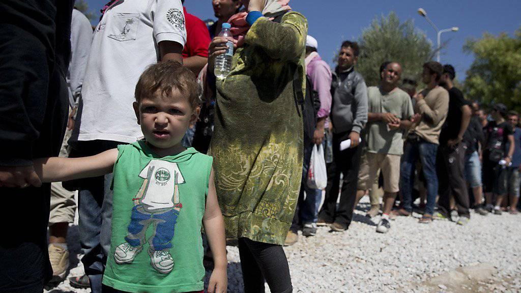Flüchtlinge stehen auf der griechischen Insel Lesbos für Essen an: Angesichts solcher Bilder stimmte das EU-Parlament für eine EU-interne Umverteilung von 120'000 Flüchtlingen. (Archiv)