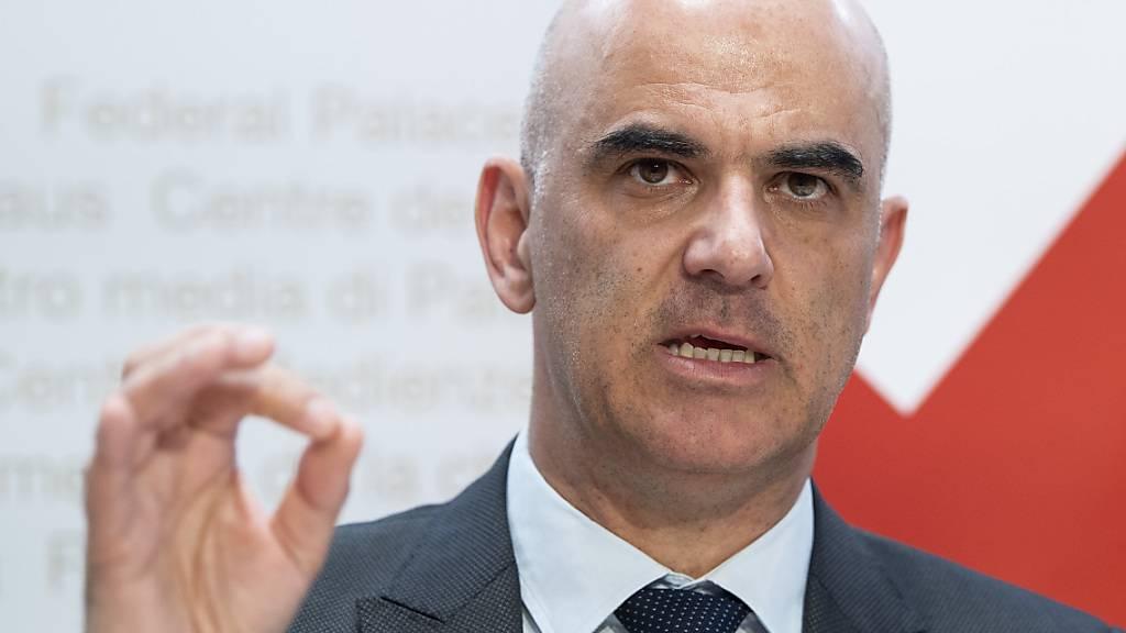 Bundesrat Alain Berset ruft die Bevölkerung zur Disziplin auf, um das Coronavirus gemeinsam wirkungsvoll zu bekämpfen. Dazu gehöre auch die Maskenpflicht im öffentlichen Verkehr. (Archivbild)