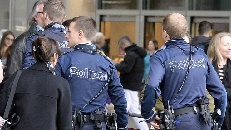 Beamte der  Stadtpolizei patrouillieren am Zürcher HB.
