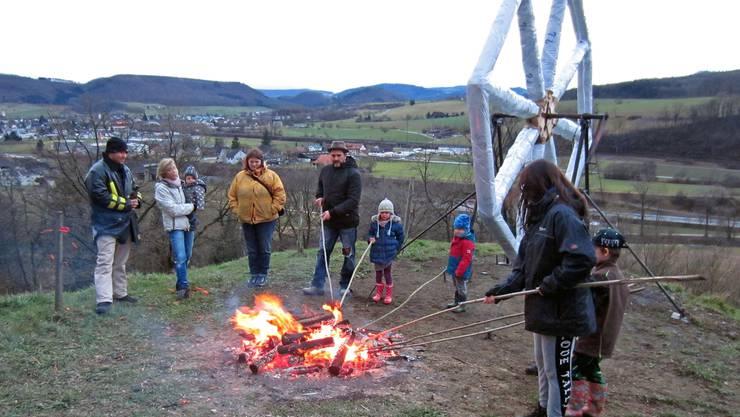 """Hoch auf dem Oeschger Boll, vor dem riesigen Feuerrad, üben Klein und Gross das """"Schiibespränge"""" für den nächtlichen Einsatz. (Foto 2017)"""