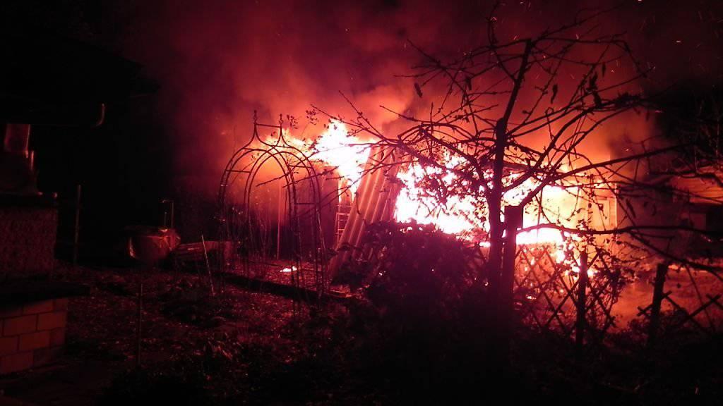 Das brennende Gartenhaus in einer Schrebergartenanlage in Frauenfeld (Bild. Kantonspolizei Thurgau)