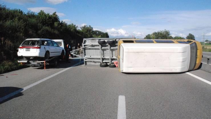 Lieferwagen und Anhänger lagen nach dem Unfall quer auf der Autobahn.