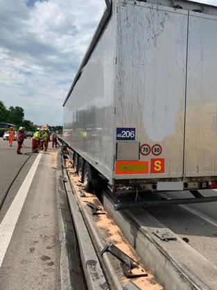 Der Fahrer des Lastwagens wurde leicht verletzt.