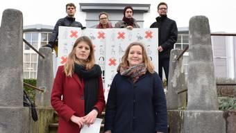 Das Kampagnen-Team der Demokratie-Initiativen vor dem Regierungsgebäude, darunter Ronja Jansen (vorne links), Co-Präsidentin Juso Baselland, daneben Raffaela Hanauer, Co-Präsidentin Junges Grünes Bündnis Nordwest.