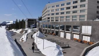 """Bei der Säntis-Luftseilbahn wird in den kommenden Wochen die Stütze repariert, die im Januar durch eine Lawine beschädigt worden war. Auf der Schwägalp, wo auch das Hotel """"Säntis"""" beschädigt wurde, liegt derzeit noch meterhoch Schnee."""