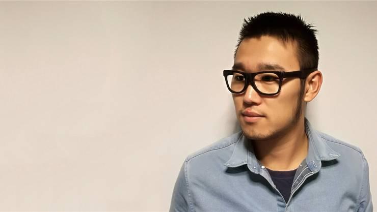Die Hightech-Brille registriert die Schädelvibrationen während des Kauens und weiss so, was gegessen wird.