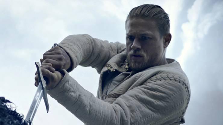 """Charlie Hunnam zieht in """"King Arthur: Legend of the Sword"""" das Schwert aus dem Stein und bringt so die Geschichte ins Rollen. In der Deutschschweiz war der Film an seinem Startwochenende am beliebtesten. (Archivbild)"""
