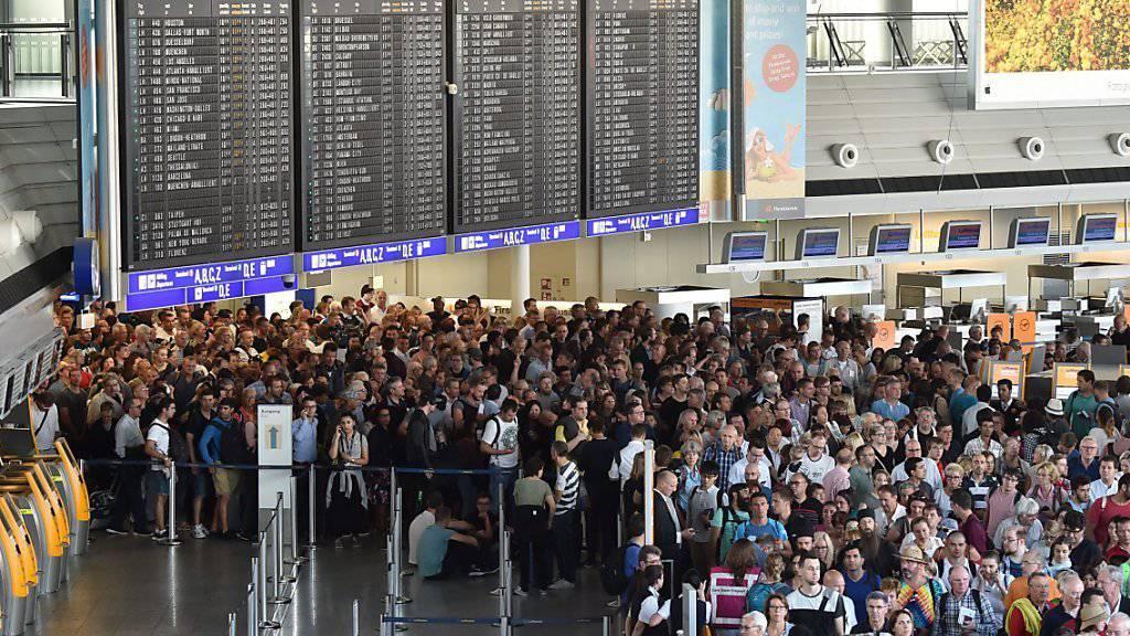Die Fluggäste mussten sich in Geduld üben: Erst um 12:30 Uhr wurden die Kontrollen wieder aufgenommen.
