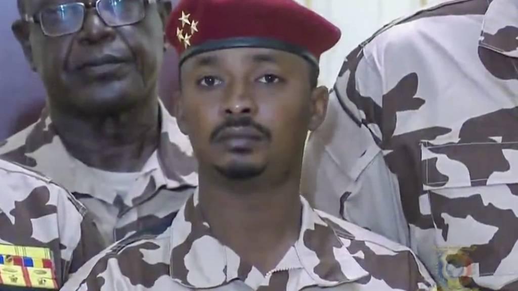 Der 37-jährige Mahamat Idriss Deby Itno (Mitte), der Sohn des verstorbenen tschadischen Präsidenten Idriss Deby Itno, hat als Chef des Militärrates eine Übergangsregierung bestimmt. (Archivbild)
