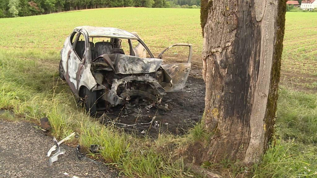 Auto prallt in Baum und brennt vollständig aus