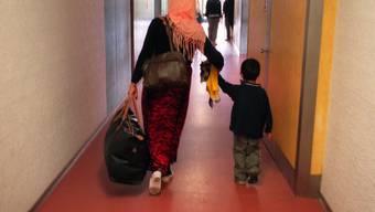 Asylsuchende in einem Aufnahmezentrum: Der Nationalrat verschärft das Asylgesetz. Am 5.Juni wird darüber abgestimmt. (Symbolbild)