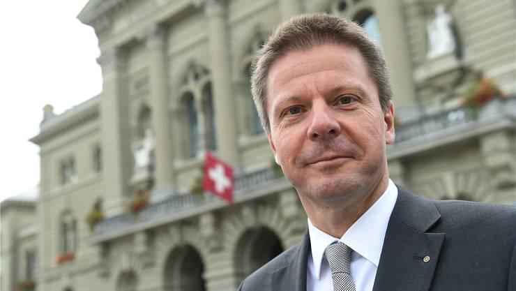 Der 51-jährige Nationalrat hat 2007 die Grünliberale Partei gegründet und präsidiert diese seither. Bäumle hat Chemie studiert und als Atmosphärenwissenschafter Luftschadstoffe gemessen. Seit 2012 ist er Stadtrat von Dübendorf.