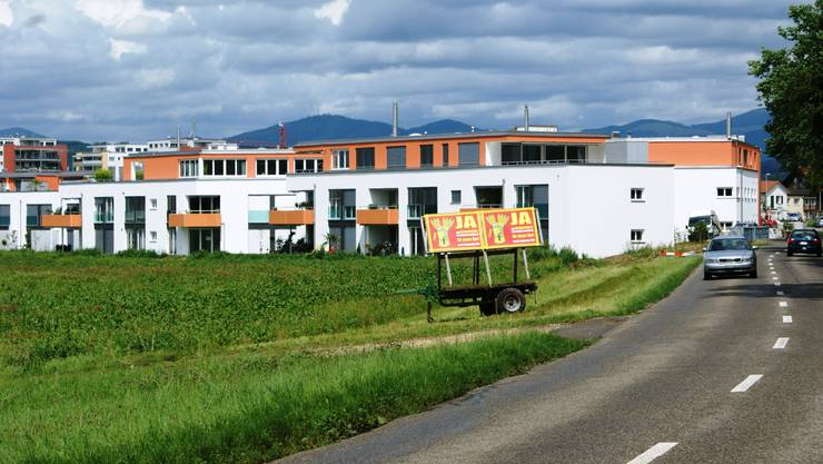 Plakate vor der neuen Überbauung am Ortseingang zum Mitteldorf: Das überparteiliche Komitee signalisiert ein deutliches Ja zur abgespeckten Zonenplanung. Foto: ach
