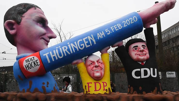 Mit ihren Mottowagen spiessen die Düsseldorfer Wagenbauer unter anderem die Machtverhältnisse in Thüringen auf: FDP und CDU heben den rechten Arm von AfD-Fraktionschef Björn Höcke zum Hitlergruss.
