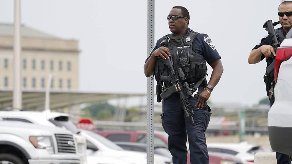 Bewaffnete Polizeibeamte in der Nähe einer U-Bahn-Station unweit des Pentagons. Foto: Andrew Harnik/AP/dpa