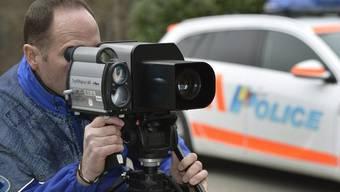 Die Polizei mass bei der Geschwindigskeitskontrolle 712 Fahrzeuge. Davon wurden 227 mit mehr als den erlaubten 50 km/h registriert. (Symbolbild)