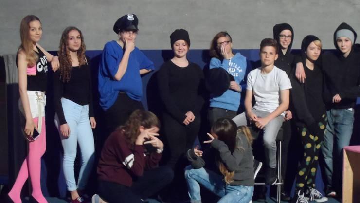 Die Theatergruppe der 3. und 4. Klasse der Bezirksschule Windisch.