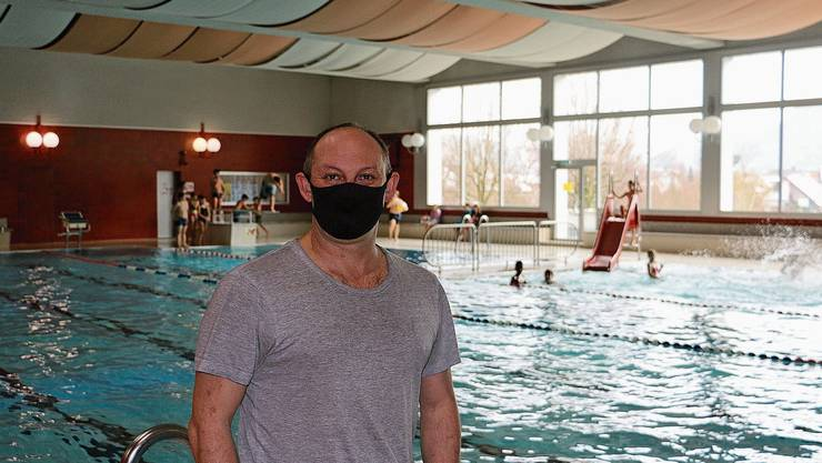 Markus Bättig, Betriebsleiter im Freizeitzentrum Vitamare in Frick, freut sich, dass auch während Pandemiezeiten Schulsport im Hallenbad möglich ist.