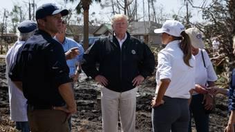"""US-Präsident Donald Trump (Mitte) hat sich am Montag ein Bild von den Zerstörungen durch Hurrikan """"Michael"""" gemacht."""