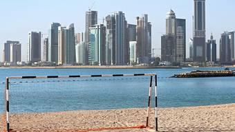 Ein Fussballtor am Strand von Doha in Katar. Der Wüstenstaat ist Gastgeber der Fussballweltmeisterschaft 2022. (Archivbild)