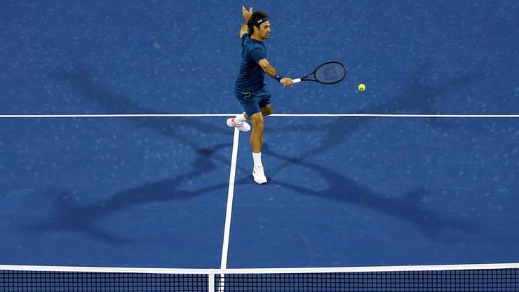 Roger Federer setzt sich in Dubai gegen Philipp Kohlschreiber in drei Sätzen durch.