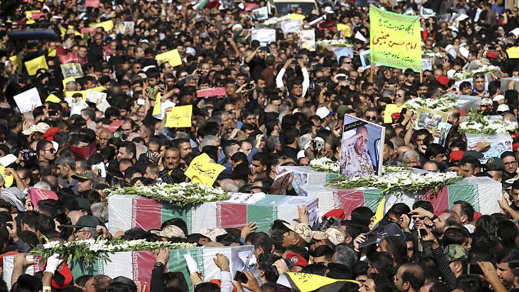 Zehntausende Iranerinnen und Iraner haben am Montag den Opfern gedacht, welche am Wochenende bei einer Attacke an einer Militärparade getötet worden sind.