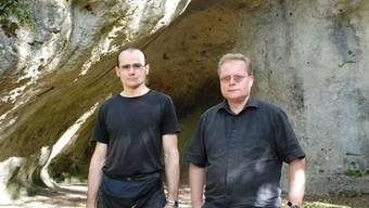 Levente Liptay und Ingmar M. Braun vor der Halbhöhle Birseck-Ermitage in Arlesheim, wo 1910 Gegenstände aus der jüngeren Altsteinzeit entdeckt wurden.
