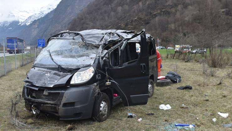 In dem Auto befanden sich acht Personen. Ein neun Monate altes Baby überlebte den Selbstunfall nicht.