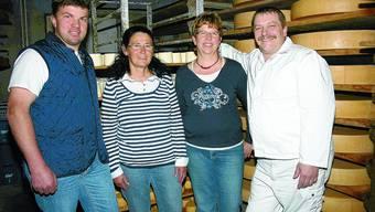 Im Käsekeller: (V. l.) Ueli Bader und Silvia Kamber von der Käsereigenossenschaft sowie die neuen Besitzer Margrit und Hansjörg Stoll.