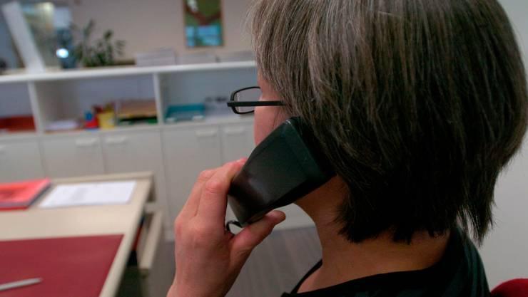 Telefonbetrüger geben sich als falsche Polizisten aus, um an Geld zu gelangen.