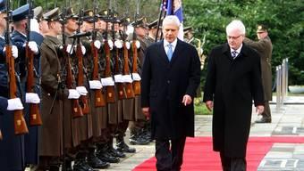 Kroatiens Präsident Josipovic (r.) und sein serbischer Kollege Tadic (l.)