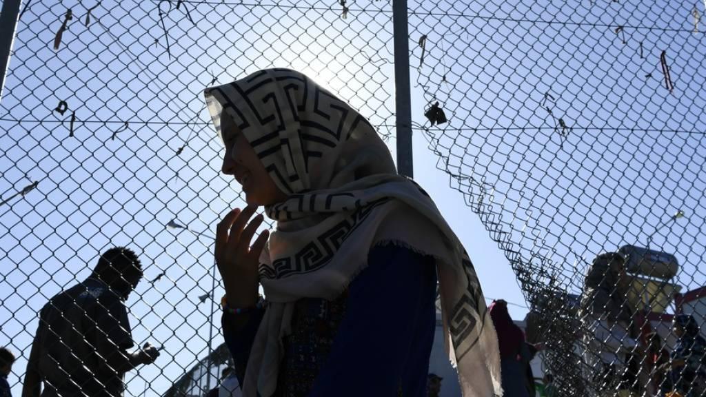 Menschen im grössten europäischen Flüchtlingslager Moria: Einigen von ihnen gibt die junge Afghanin Parwana Amiri eine Stimme mit ihrem Blog «Meine Worte brechen eure Grenzen», der nun als Buch in deutscher Übersetzung vorliegt. (Archivbild)